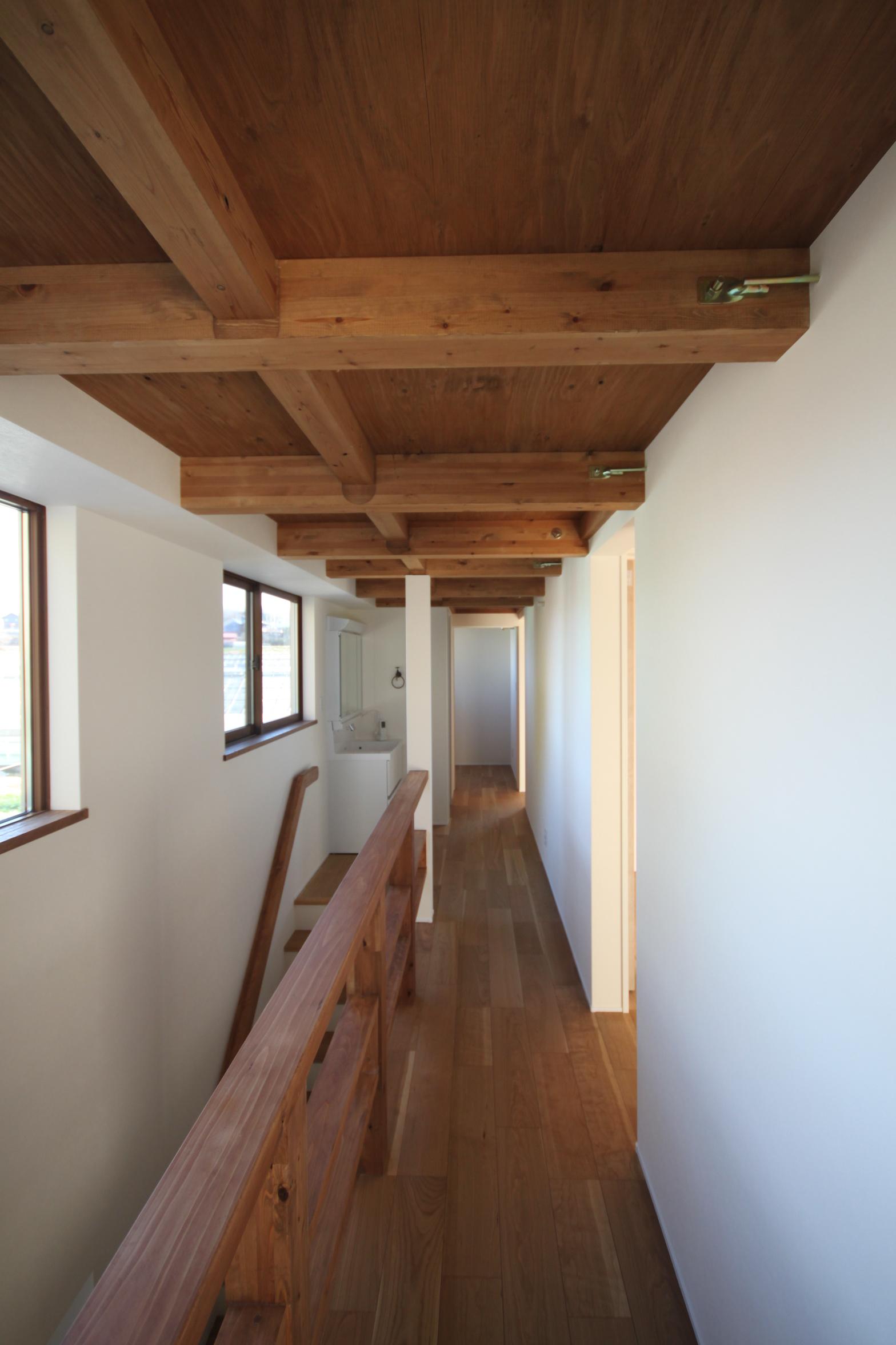 5部屋ある2階の廊下。北側からの優しい光により明るい空間に。