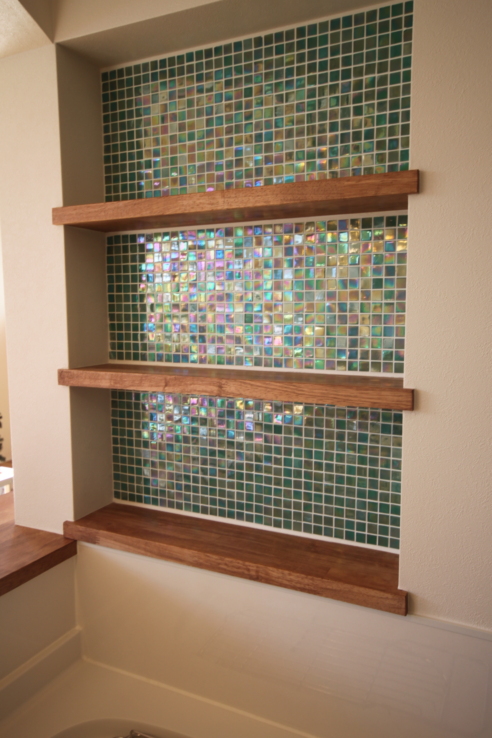 キッチンにはモザイクタイルを用いた飾り棚