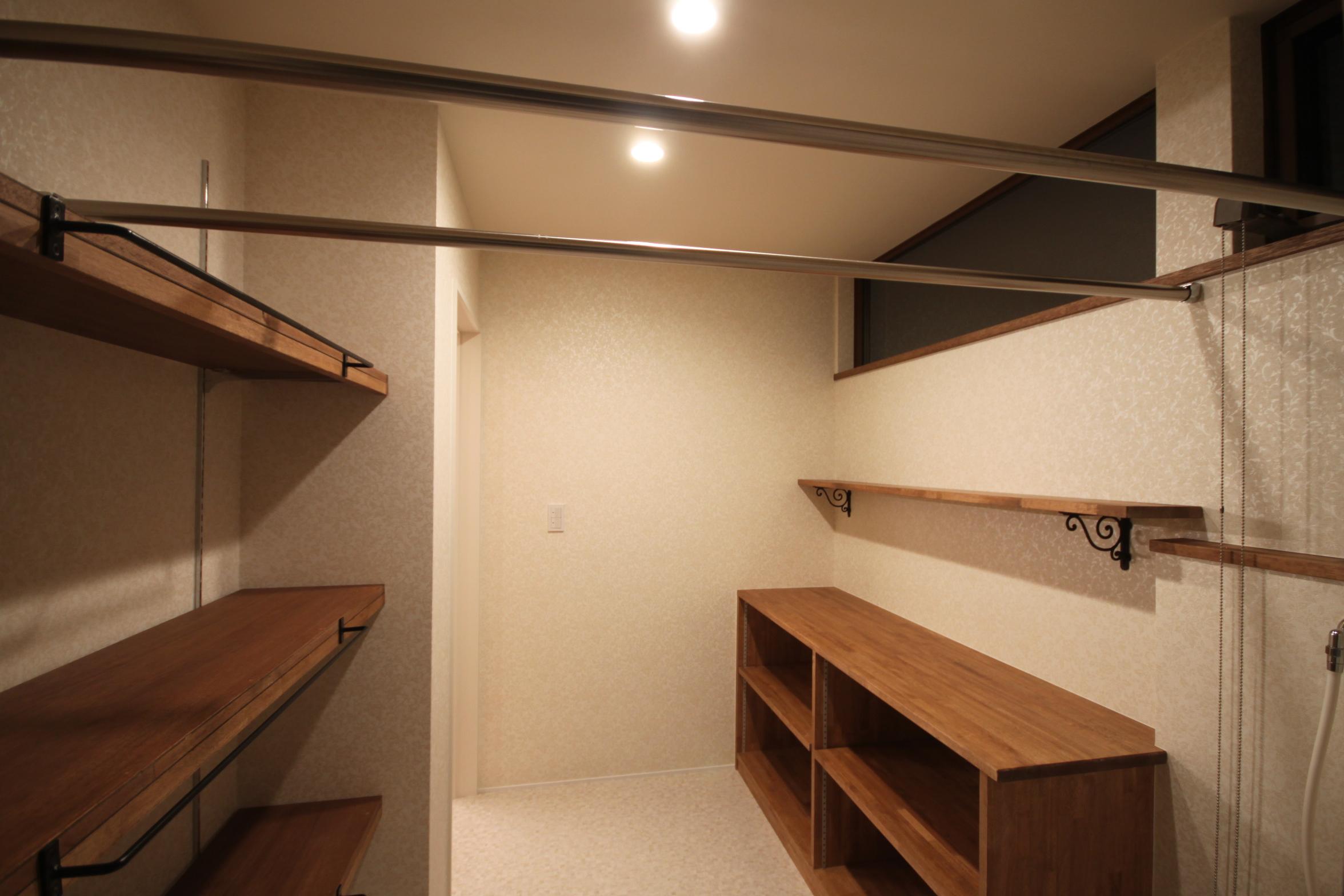 脱衣室はたっぷりの収納と洗濯物を干すためのパイプ